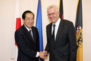 握手を交わす菅直人とクレッチュマン州首相