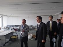 富岡町の当時の災害対策本部にて職員から説明を受ける