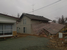 未だ震災被害が深く残る住宅(佐藤氏自宅敷地内)