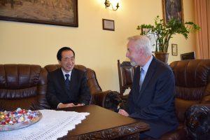 ヴェイヘロヴォ町長(写真右)と会談する菅直人