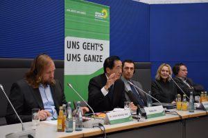 記者会見で緑の党幹部とともに多くの質問に答える菅直人