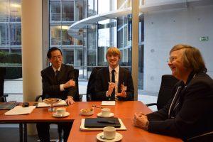 ヘーン委員長(写真右)と会談する菅直人