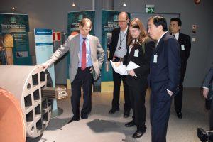 使用済み核燃料を収容するキャニスターの模型(写真左)