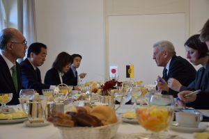 クレッチュマン州首相と朝食をともにする