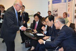 太陽と水素研究エネルギーセンターにて説明を受ける菅直人(写真右2人目)