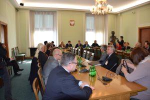 ポーランド議会の電力委員会で講演する菅直人(写真中央奥)