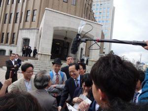 河合弘之脱原発弁護団全国連絡会共同代表(後姿)と握手する菅直人