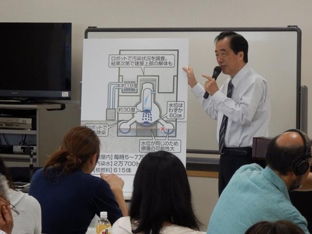 福島第一原発2号機の現状ついてパネルを手に解説する菅直人