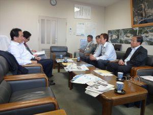 阿部秀保市長(写真右)や東松島みらいとし機構の方々と意見交換する菅直人(写真左)